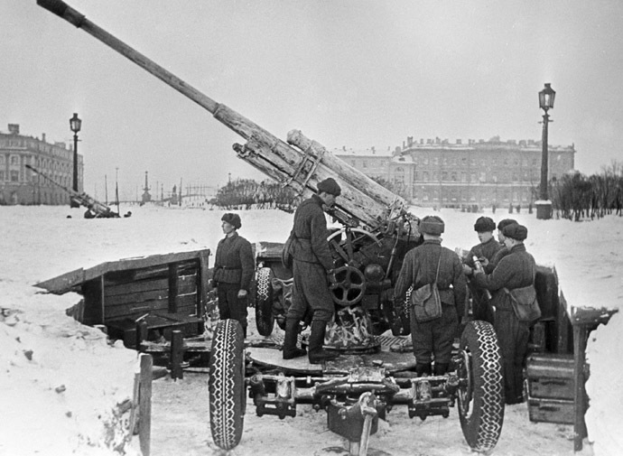Soviet anti-aircraft gunners preparing a gun for the battle in Marsovo Pole in Leningrad. (RIA Novosti/Boris Kudoyarov)