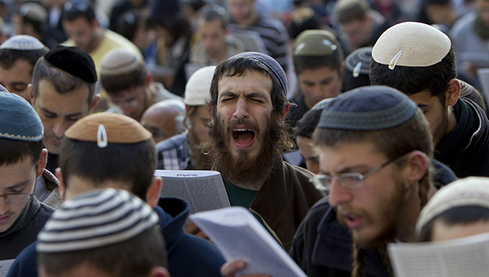 Hardline national religious Israeli Jews attend a mass at the Western Wall in Jerusalem's old city on January 30, 2014 against the ongoing Israeli-Palestinian peace talks. (AFP Photo / Ahmad Gharabli)