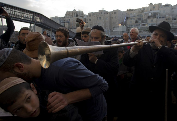 A hardline national religious Israeli Jew plays horn during a mass at the Western Wall in Jerusalem's old city on January 30, 2014 against the ongoing Israeli-Palestinian peace talks. (AFP Photo / Ahmad Gharabli)