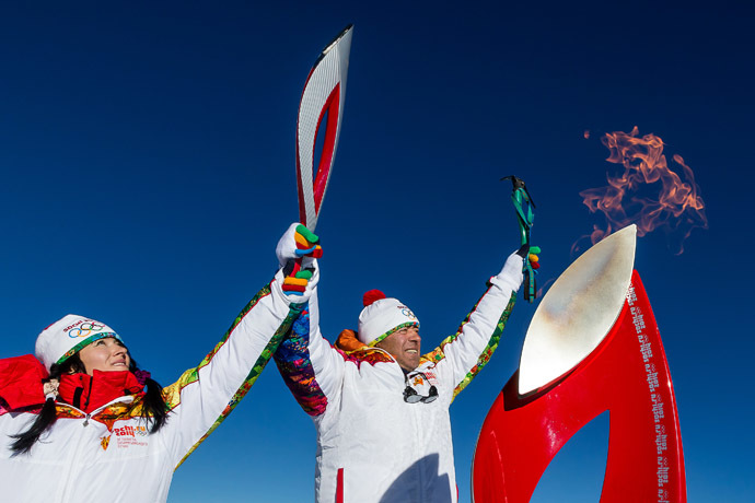 A handout picture taken during the Sochi 2014 Winter relay on October 25, 2013 and released by the Sochi 2014 Winter Olympics Organizing Committee, shows torchbearers carrying an Olympic torch at the Elbrus Mount in Russia's North Caucasus region. (AFP Photo/Sochi 2014 Winter Olympics Organizing Committee)