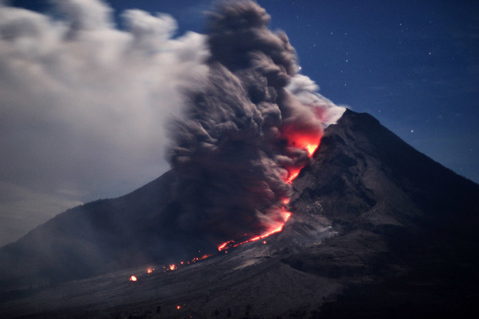Sinabung volcano spews hot ash and lava in Karo on January 14, 2014. (AFP Photo)