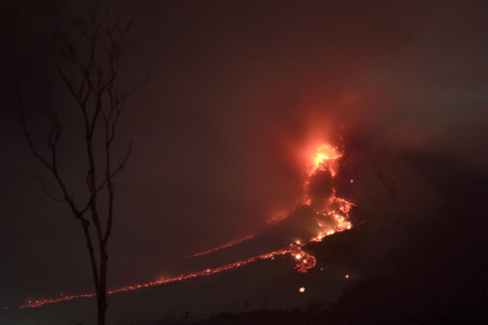 In this photo taken of January 21, 2014 from Karo district, molten lava rolls down from the crater of Mount Sinabung volcano during an eruption. (AFP Photo)