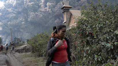Indonesia's violent Mount Kelud eruption kills 3, displaces hundreds of thousands
