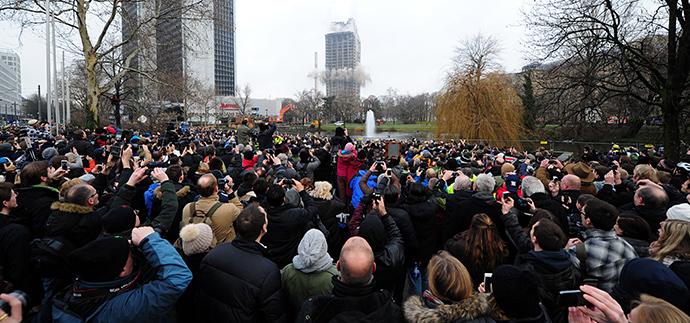 Onlookers watch the blasting of a 116 meters building in Frankfurt am Main, western Germany, on February 2, 2014. (AFP Photo / Daniel Reinhardt)