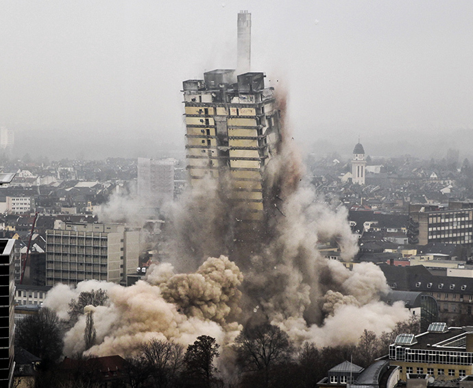 A university tower collapses during the blasting of the 116 meters building in Frankfurt am Main, western Germany, on February 2, 2014. (AFP Photo / Frank Rumpenhorst)