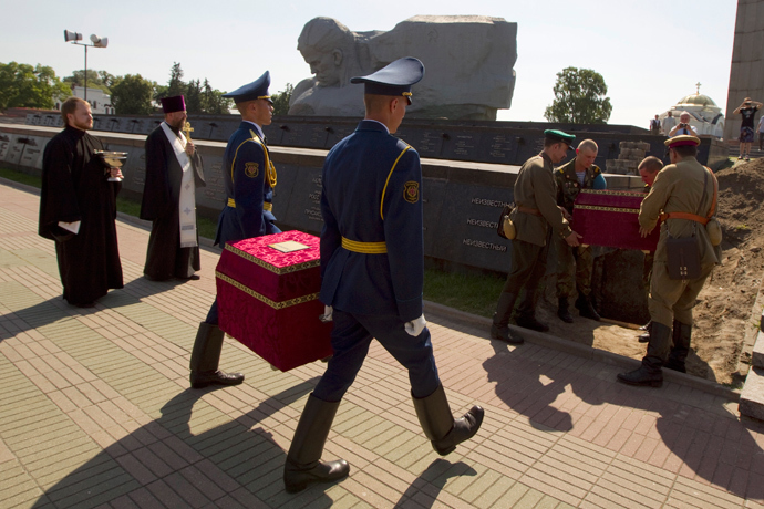 Belarussian guards of honour carry boxes with the remains of two soviet soldiers killed in 1941 during their reburial at the Hero fortress in the western city of Brest, some 360 km southeast of Minsk, June 21, 2013. (Reuters / Vasily Fedosenko)