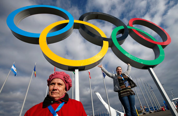 People pose for a picture in front of the Olympic rings at the Olympic Park at the Sochi 2014 Winter Olympics, February 6, 2014.(Reuters / Marko Djurica)