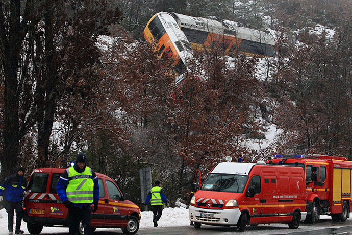 Gendarmes and rescuers mobilize for search and rescue operations by a train wreckage near Digne-les-Bains in the French Alps after a train derailed on February 8, 2014. (AFP Photo / Jean-Christophe Magnenet)