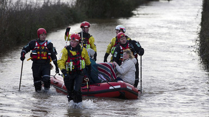 35-ft sinkhole opens up in flooded UK as storms leave 3 dead (VIDEO)