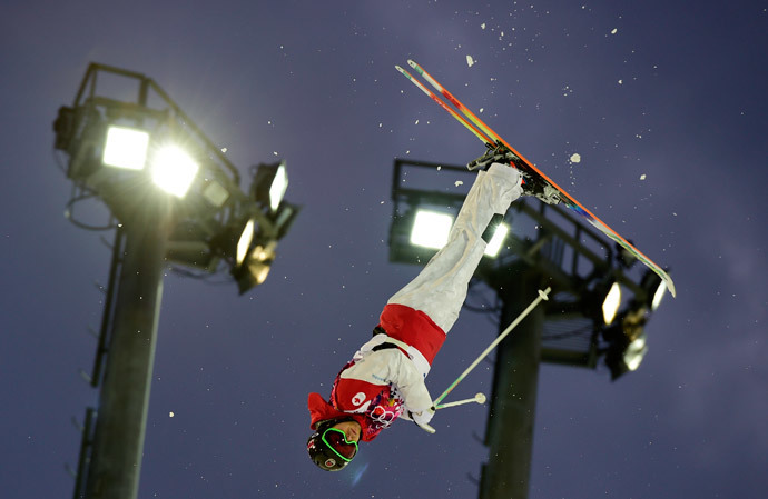 Canada's Alex Bilodeau competes in the Men's Freestyle Skiing Moguls qualifications at the Rosa Khutor Extreme Park during the Sochi Winter Olympics on February 10, 2014 (AFP Photo / Javier Soriano)