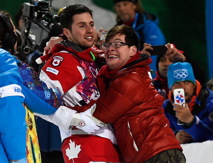 Winner Canada's Alex Bilodeau (L) and his brother Frederic embrace after the men's freestyle moguls competition at the 2014 Sochi Winter Olympic Games in Rosa Khutor February 10, 2014 (Reuters / Dylan Martinez)