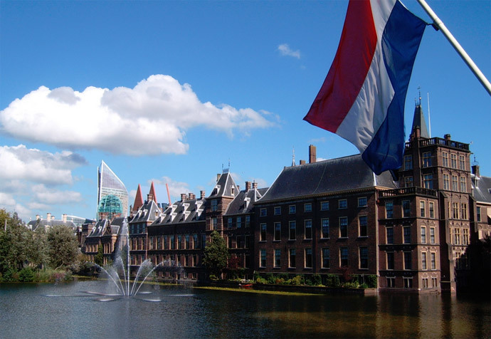Binnenhof, Hofvijver and flag of the Netherlands, The Hague (Netherlands) (Image from wikipedia.org)
