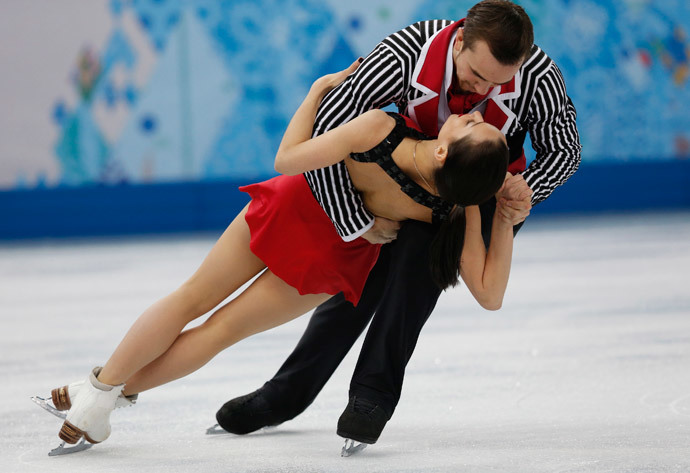 Russia's Ksenia Stolbova (bottom) and Fedor Klimov compete during the figure skating pairs free skating at the Sochi 2014 Winter Olympics, February 12, 2014 (Reuters / Alexander Demianchuk)