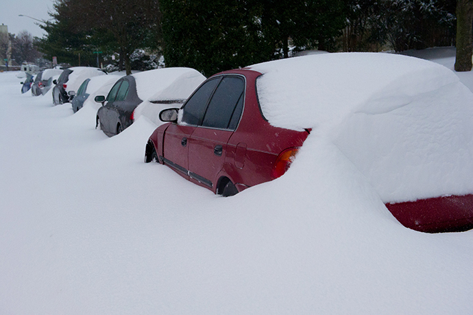 Cars are covered with snow during a major snowstorm February 13, 2014 in Manassas, Virginia. (AFP Photo / Karen Bleier)