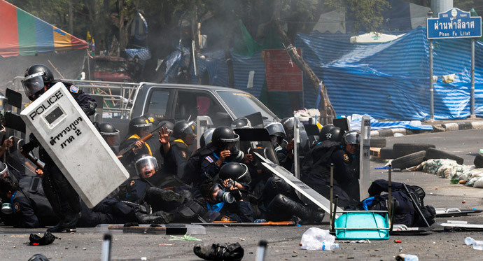 Thai police officers react after an explosion during clashes with anti-government protesters near Government House in Bangkok February 18, 2014.(Reuters / Athit Perawongmetha )