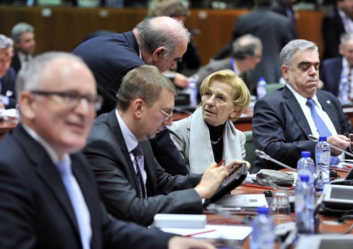 Maltan ulkoministeri George Vella (3rdL) ja Italian ulkoministeri Emma Bonino (2ndR) deltage on 20 helmikuu 2014 ylimääräinen ulkoministeri neuvostossa Brysselissä Ukrainan tilanteesta.  (AFP Photo / Georges Gobet)