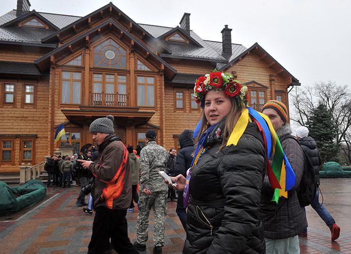 Ihmiset vierailu päärakennus Ukrainan presidentti Viktor Janukovitsh residenssi lähellä Kiev 22. helmikuuta 2014.  (AFP Photo / Genya Savilov)