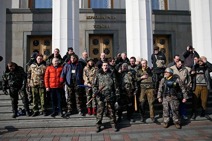 Jäsenet itsepuolustus yksiköt kokoontuvat jälkeen purkamalla ympäröivän aidan parlamentin rakennus Kiovassa 26 helmikuu 2014 (Reuters / David Mdzinarishvili)