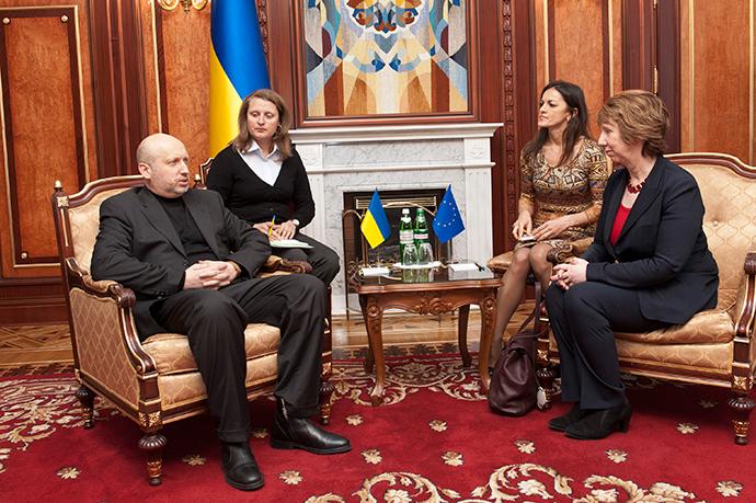 Euroopan unionin ulkopolitiikan johtaja Catherine Ashton (R) istuu Ukrainan väliaikaisena johtajana Oleksander Turchynov tapaamisessaan Kiovassa 24 helmikuu 2014 (Reuters / Anastasiya Sirotkina)