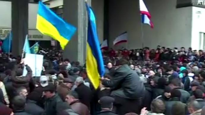 Mielenosoittajat edessä parlamentin rakennuksessa pääkaupungissa Krim, Ukrainan autonominen alue.  Kuvakaappaus AP video.