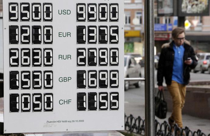 Mies kulkee kartonkia valuuttakurssien Kiovassa 26. helmikuuta 2014.  (Reuters / Konstantin Chernichkin)