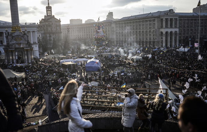 Ihmiset katsovat Kiovan Itsenäisyyden aukio parvekkeelta 24. helmikuuta 2014.  (AFP Photo)