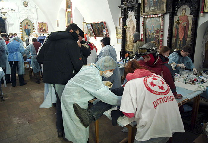Loukkaantuneita saamaan hoitoa sisällä Mikhailovskyn Zlatoverkhy katedraali (Pyhän Mikaelin kultakupolinen katedraali) Kiovassa aikana aamuyöllä 19 helmikuu 2014.  (Reuters / Maks Levin)