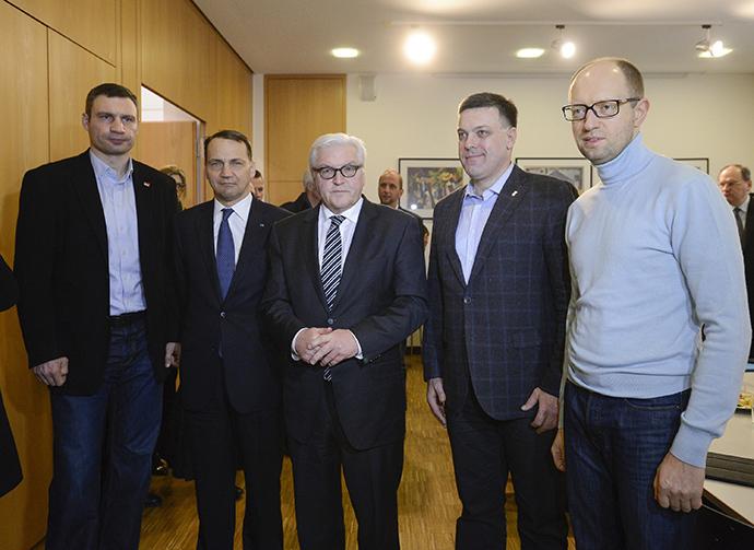 Puolan ulkoministeri Radoslaw Sikorski (2. L) ja hänen saksalainen kollegansa Frank-Walter Steinmeier (C) seistä Ukrainan opposition johtajien Vitaly Klitschko (L), Oleh Tyahnybok (2. R), ja Arseni Yatsenyuk (R) tapaamisessaan Kiovassa 20 helmikuu 2014.  (Reuters / Andrew Kravchenko)