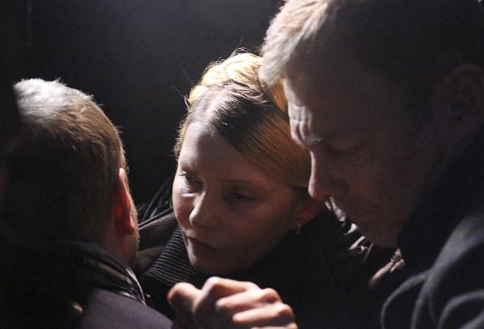 Ukrainan oppositiojohtaja Julia Tymoshenko (C) reagoi, kun hän vapautui Harkova 22 helmikuu 2014.  (Reuters)
