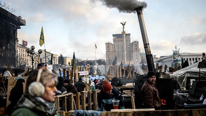 Ihmiset seisovat Kiovan Itsenäisyyden aukiolla 24. helmikuuta 2014 (AFP Photo / Bulent Kilic)