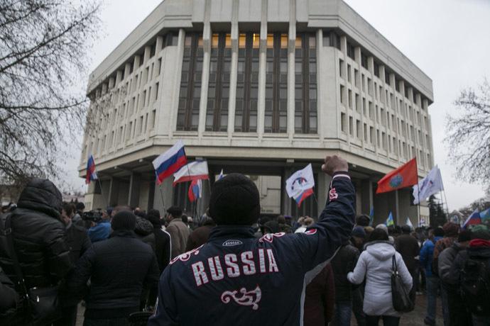 Mies eleet aikana pro-venäläinen ralli ulkopuolella Krimin parlamentin rakennus Simferopol 27 helmikuu 2014.  (Reuters / Baz Ratner)