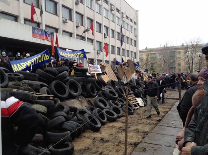 Barricades in Mariupol, eastern Ukraine, on April 13, 2013 (Photo by Egor Zinin / vk.com)