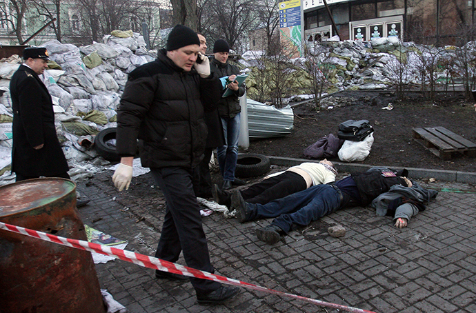Police experts examine bodies after their clashes with the police in Kiev on February 18, 2014. (AFP Photo / Anatolii Boiko)