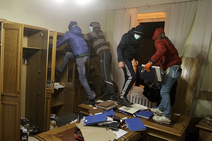 Anti-government rioters destroy a prosecutor's office in Lviv February 19, 2014. (Reuters / Marian Striltsiv)