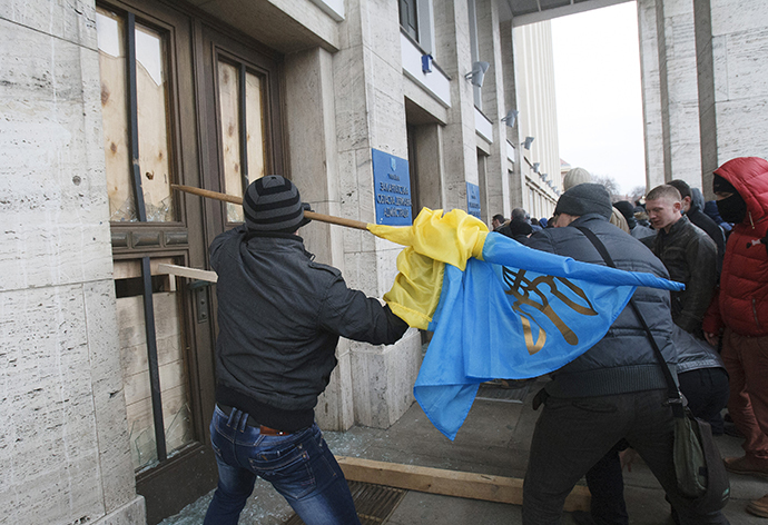 Anti-government rioters break the door of the regional administration headquarters as they attempt to take over during a rally in the town of Uzhhorod in western Ukraine, February 19, 2014. (Reuters)