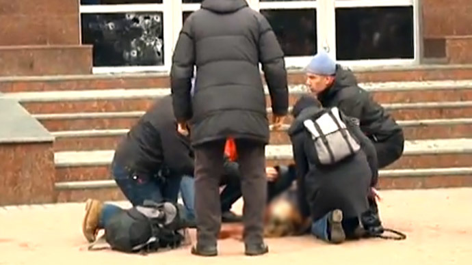 Woman shot as crowds storm Ukrainian regional security service office (GRAPHIC VIDEO)