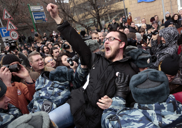 Police detain an opposition protester near the Zamoskvoretsky Court building in Moscow (RIA Novosti/Aleksey Nichukin)