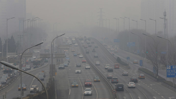 Cars drive on the second ring road amid the heavy haze in Beijing February 21, 2014.(Reuters / Jason Lee)
