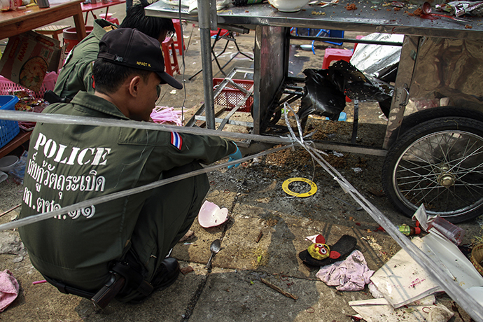 Thai police officers inspect the site of an explosion scene during an anti-government protest at Khao Saming district, Trat province February 23, 2014. (Reuters)