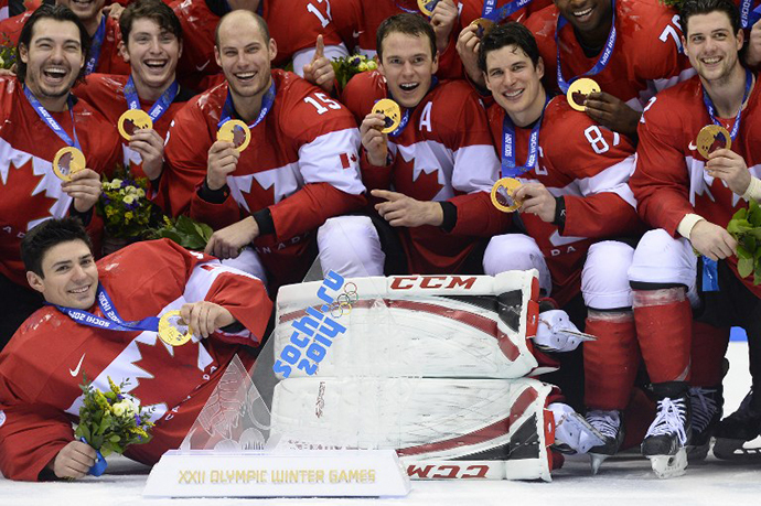 Canada's gold medallist team poses during the Men's Ice Hockey Medal Ceremony at the Bolshoy Ice Dome during the Sochi Winter Olympics on February 23, 2014. (AFP Photo / Jonathan Nackstrand)