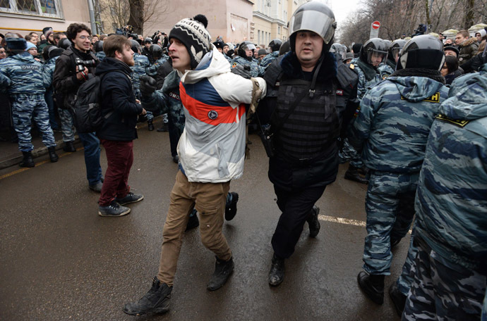 Police officers detain protesters outside Zamoskvoretsky district court in Moscow, on February 24, 2014 (AFP Photo/Vasily Maximov)
