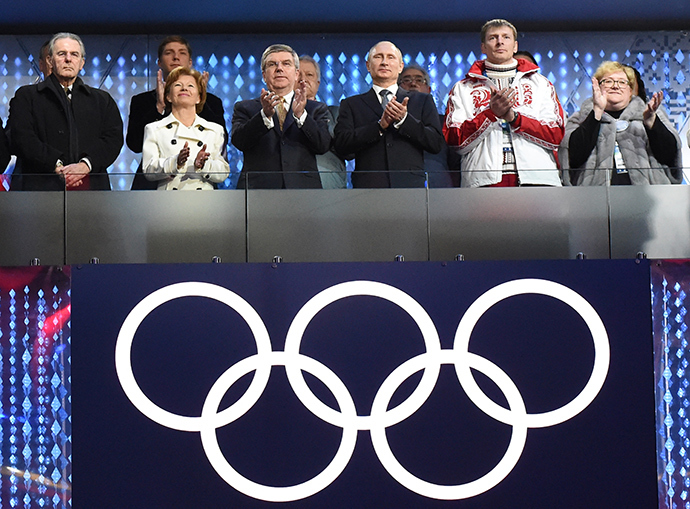 Russia's President Vladimir Putin with International Olympic Committee (IOC) President Thomas Bach, as Former President of the International Olympic Committee Jacques Rogge of Belgium looks on (L) at the start of the closing ceremony for the Sochi 2014 Winter Olympics, February 23, 2014 (Reuters / Marko Djurica)