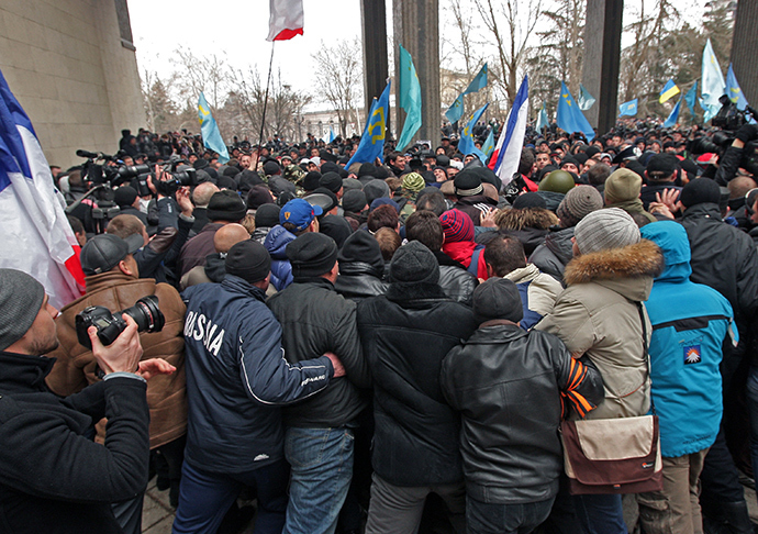 Participants in a rally in front of the Crimea's Supreme Council building in Simferopol (RIA Novosti / Taras Litvinenko)
