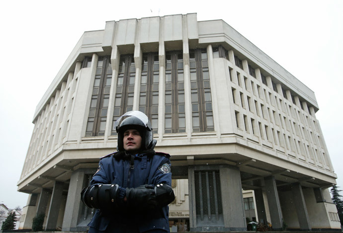 An Interior Ministry member stands guard near the Crimean parliament building in Simferopol February 27, 2014.(Reuters / David Mdzinarishvili)
