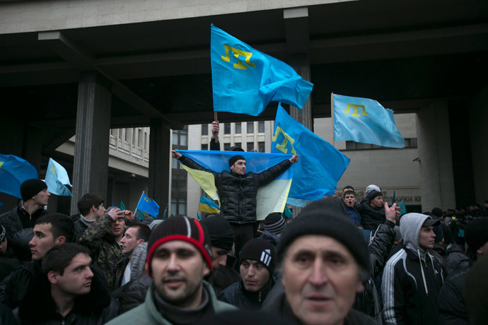Crimean Tatars hold flags during rallies near the Crimean parliament building in Simferopol February 26, 2014.(Reuters / Baz Ratner)