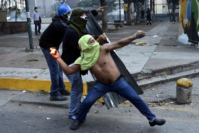 Opponents of Venezuelan President Nicolas Maduro clash with riot police during an anti-government protest in Caracas on February 27, 2014. (AFP Photo/Leo Ramirez)