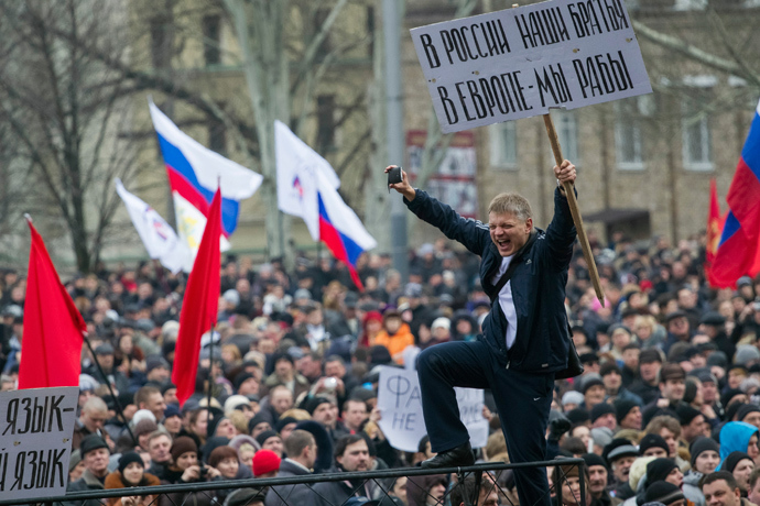 Pro-Russian protesters with Russian flags take part in a rally in central Donetsk March 1, 2014 (Reuters / Stringer)