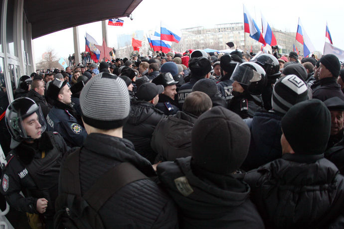 Police hold back pro-Russian protesters waving Russian flags during a rally in front of the regional administration building in the industrial Ukrainian city of Donetsk on March 1, 2014 (AFP Photo)