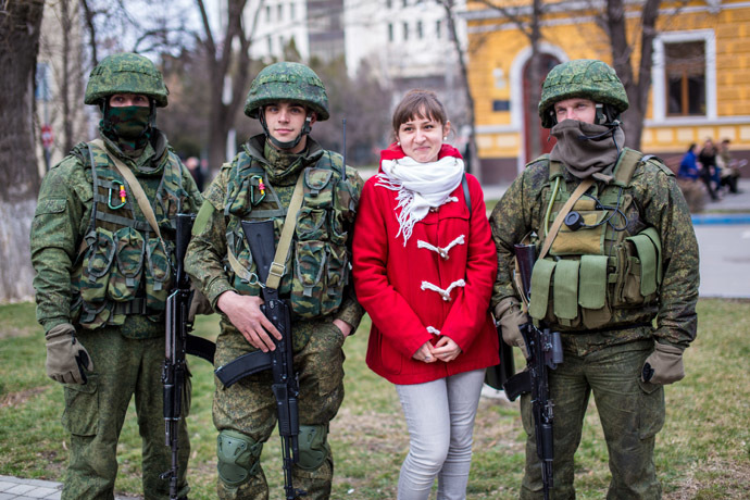 A resident of Simferopol poses for a photograph with soldiers. (RIA Novosti/Andrey Stenin)