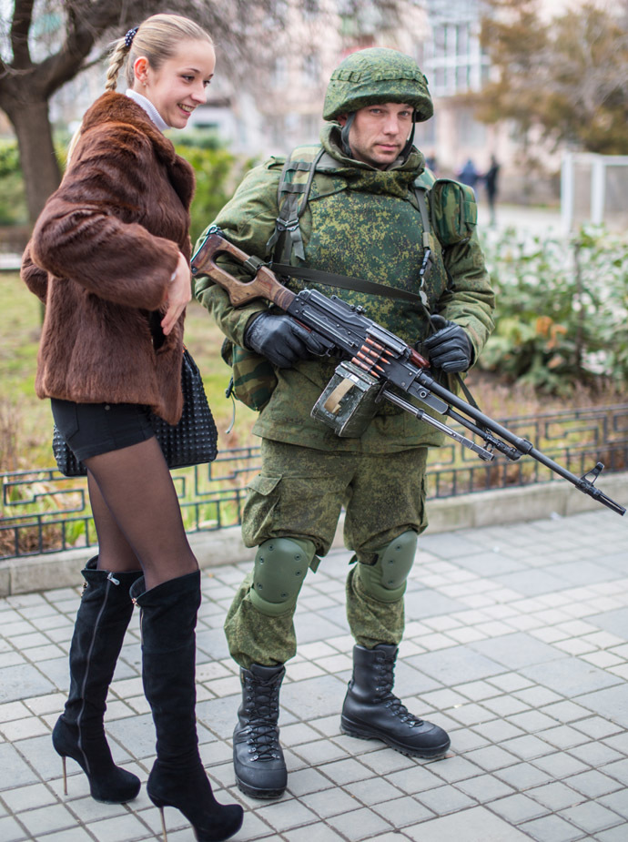 Simferopol resident poses for a photograph with a soldier. (RIA Novosti/Andrey Stenin)